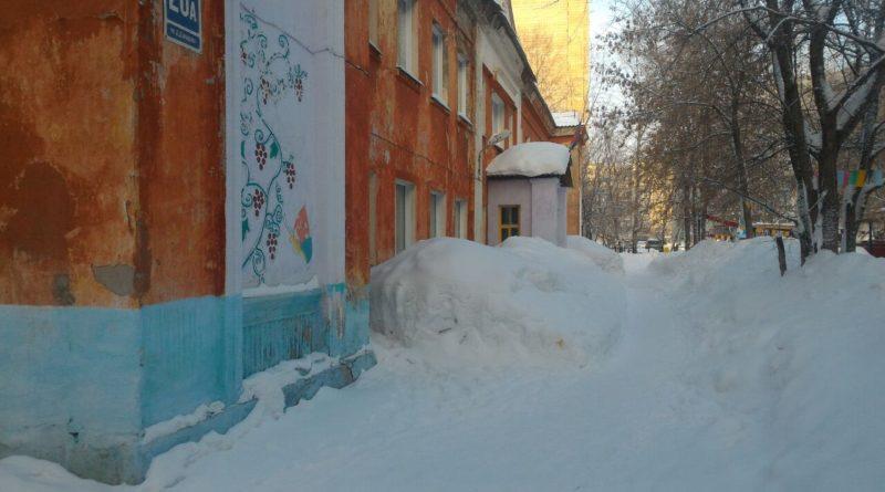 Депутат помог освободить от снега территорию детского садика