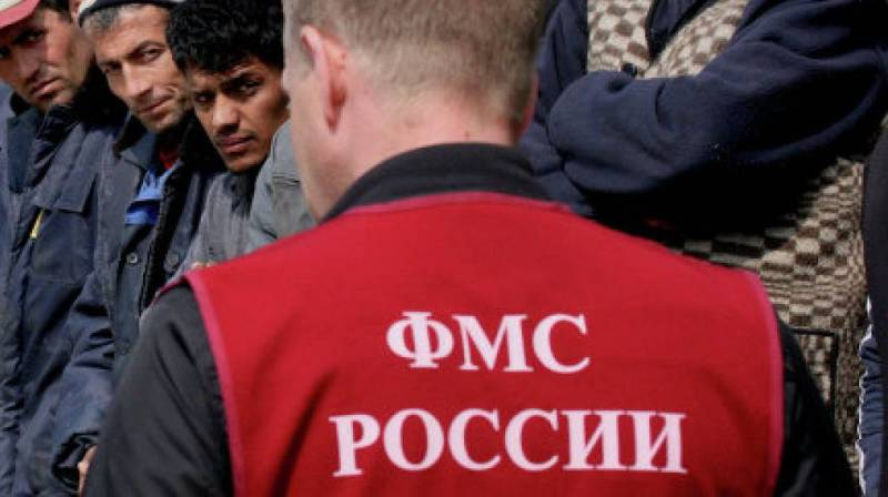 Дмитрий Савельев поддержал идею о наказании за посредничество в незаконном получении документов для въезда в Россию