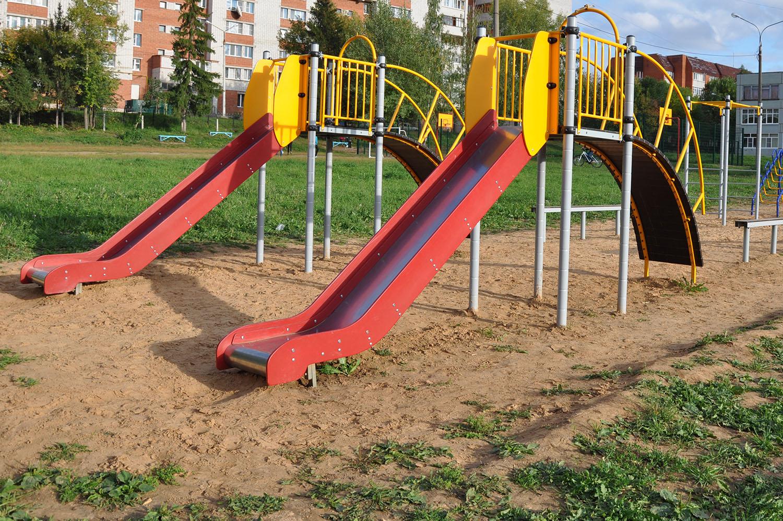 Дмитрий Савельев считает, что вопрос с представляющими опасность детскими площадками должен решаться радикально