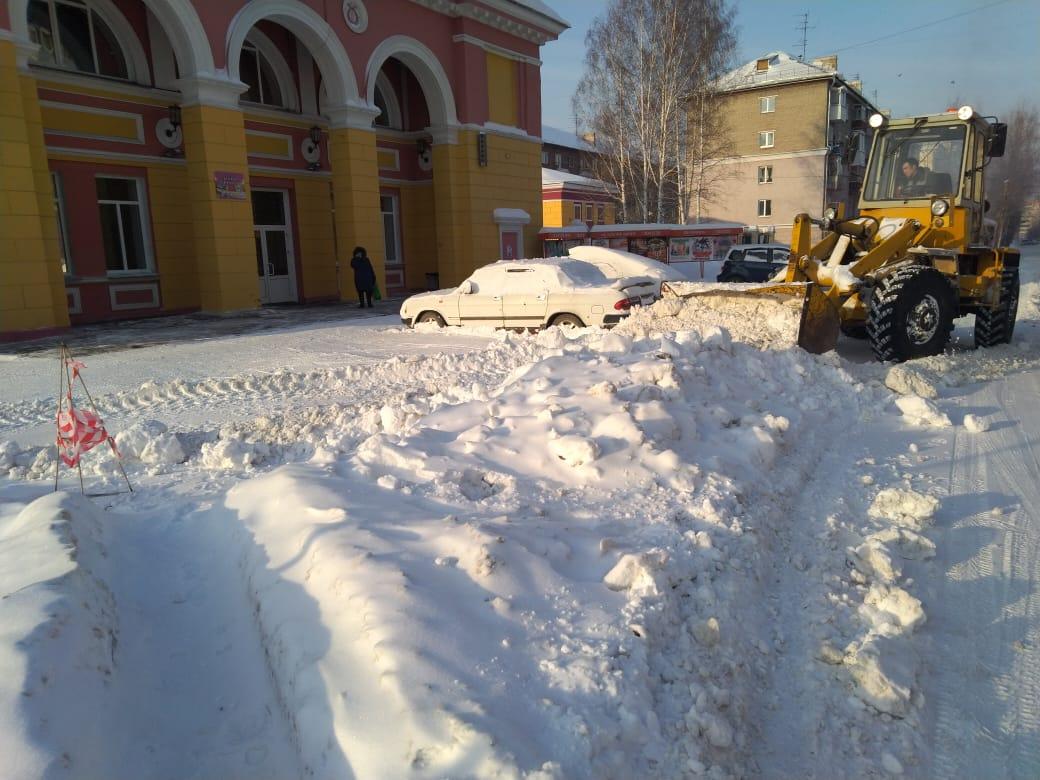 Территорию ДДК им. Калинина в Новосибирске очистили от снежных завалов