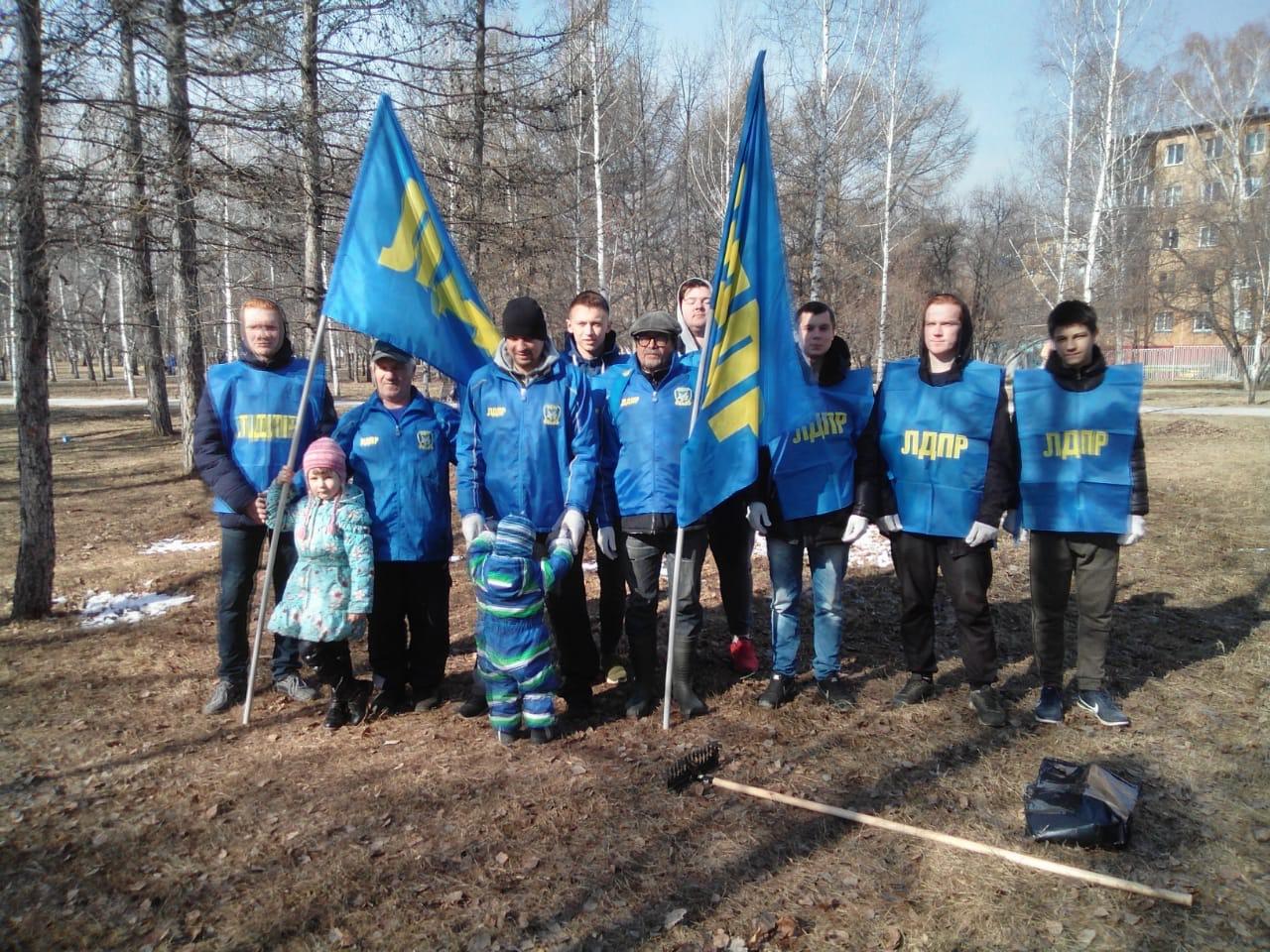 Активисты ЛДПР работали на субботниках во всех районах города